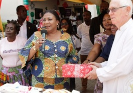 First-Lady-donates-to-childrens-hospital-parties-with-patients-2-620x330